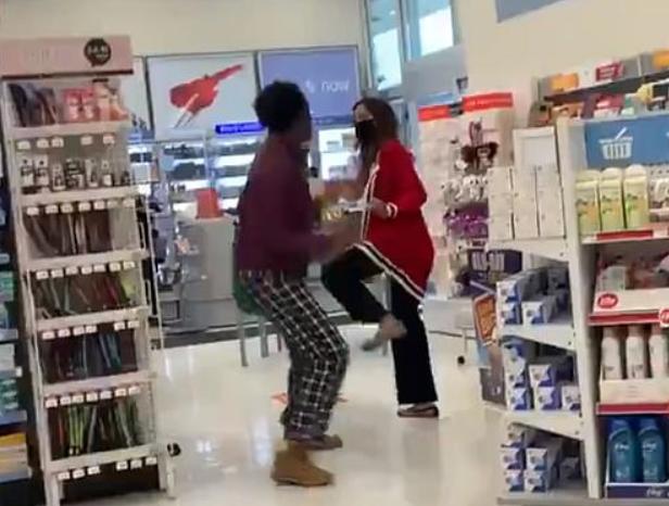 安省Shoppers上演全武行!黑人大姐脚踢亚