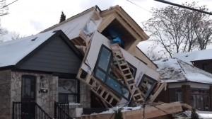 惊呆!一阵妖风竟把多伦多新建房子吹飞