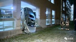 """多伦多女司机神奇地将车""""停""""靠在墙上&#"""